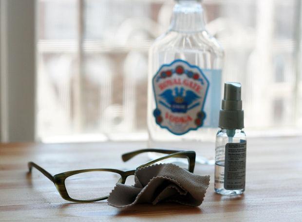 Očistite očala z vodko in vodo.