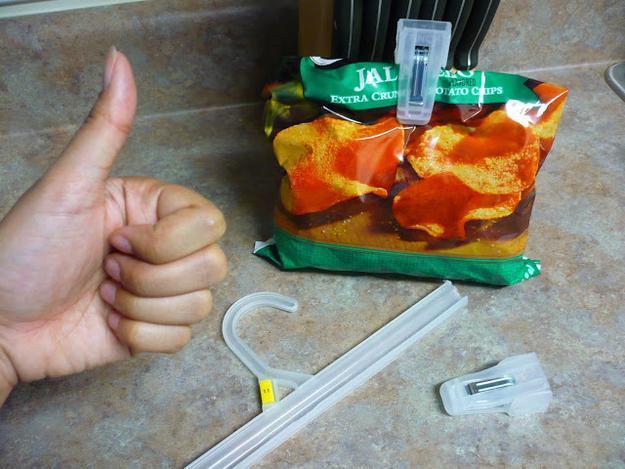 Odstrižite konce plastičnih obešalnikov za novo zapiranje vrečk