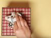 Triki za zavijanje daril, ki se jih preprosto morate naučiti ob teh prazničnih dneh