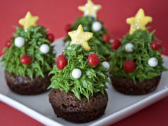 Jagodni browniji v obliki božičnega drevesca