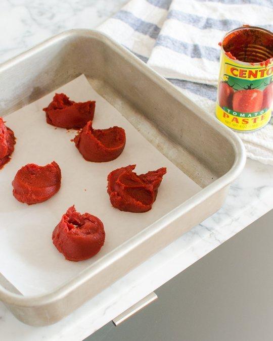 Zamrznite ostanke paradižnikove paste v majhnih koščkih, velikih za eno žlico