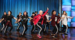 Poglejte si 6o-letnico, ki poskočno pleše na pesem Bruna Marsa